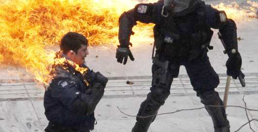 Горят на работе: в Греции жгут полицейских