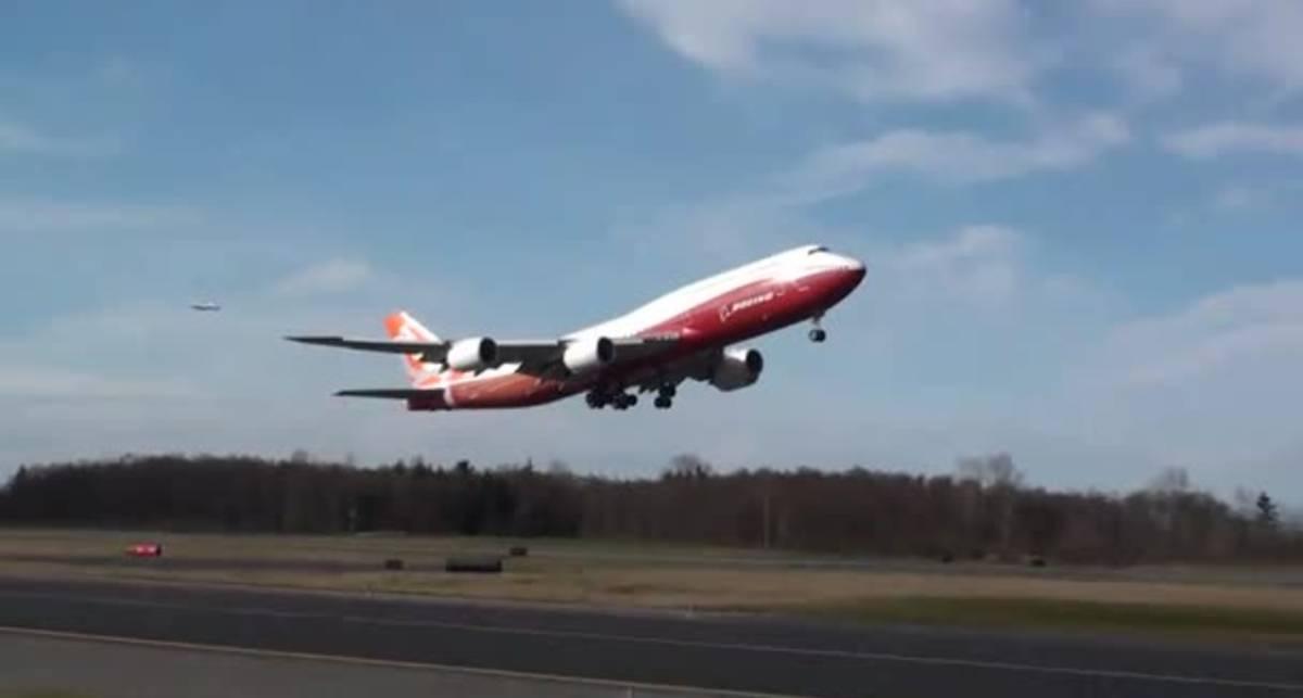 Первый рейс: новый Boeing оторвался от земли