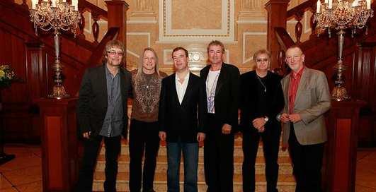 Роковая встреча: Медведев пьет с Deep Purple