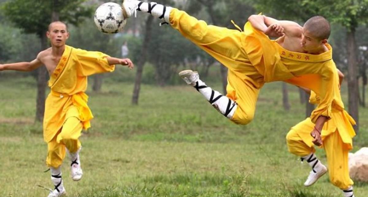 В Шаолине спарили футбол и кунг-фу