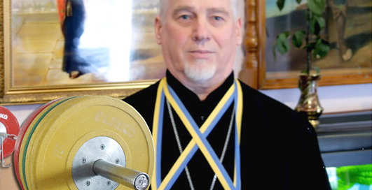 Православный пауэрлифтинг: старый поп жмет железо