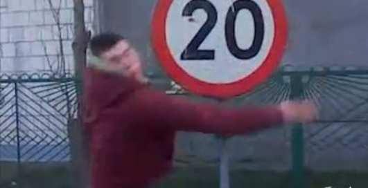 Дорожные знаки стали оснащать защитой