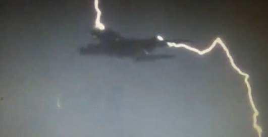 В аэробус А380 попала молния