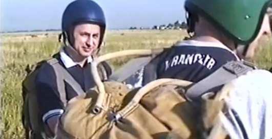 Лети, Боря, лети: Колесников прыгнул с парашютом