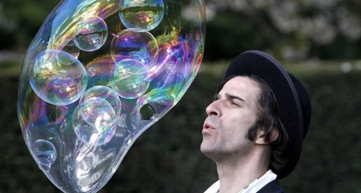 С него пузырь: британец надул рекорд Гиннеса