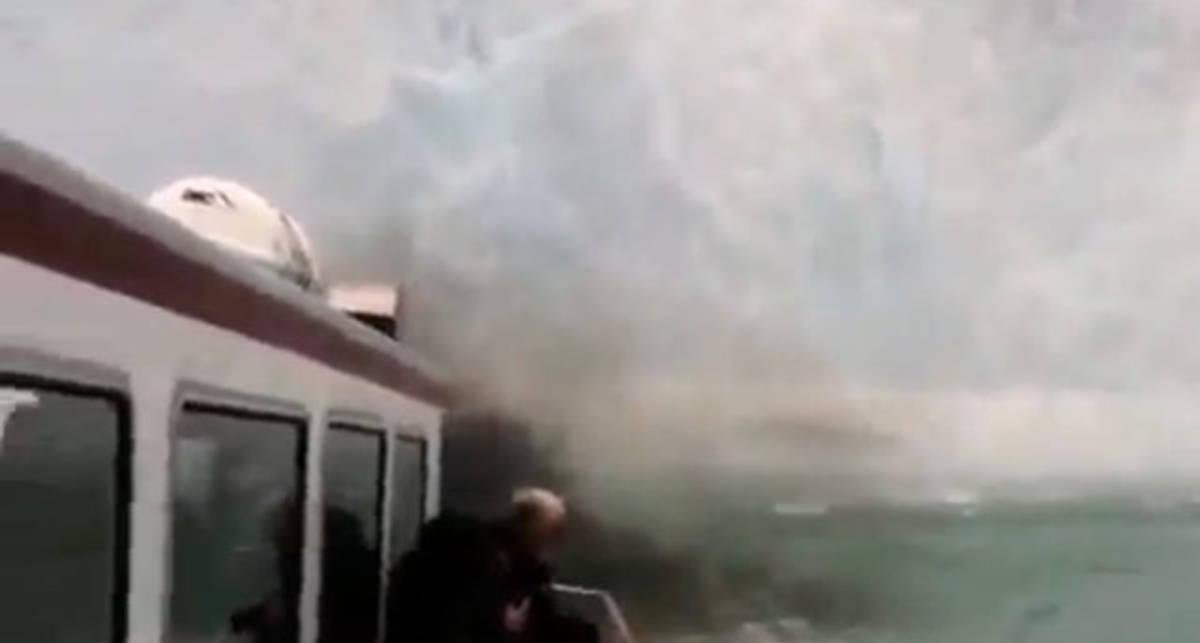 Экстрим-тур: айсберг упал на яхту