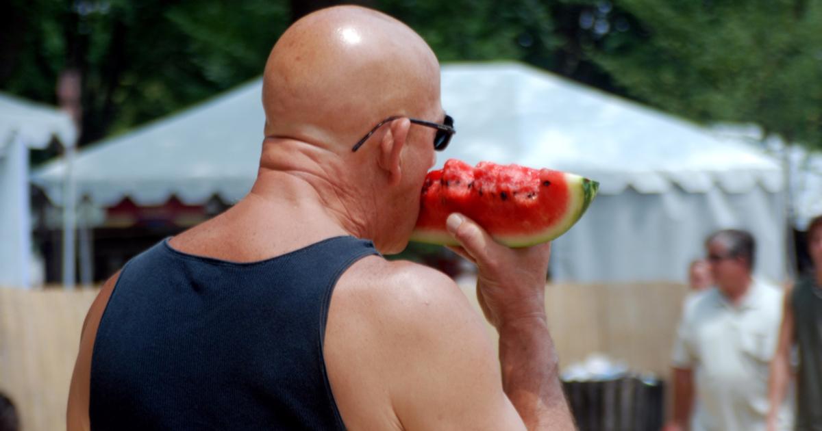 Я ем арбуз. И все вокруг в арбузе, мои руки по локоть в арбузе, я ... | 630x1200