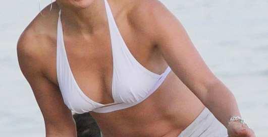 Дженнифер Лопес показала тело пляжникам Рио