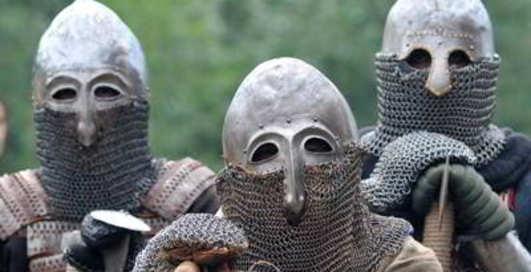 Под Киев едут парни с мечами в руках