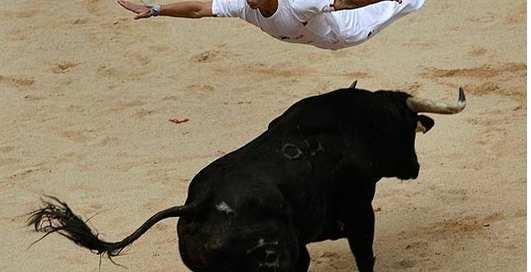 Необычная коррида: полет над быком