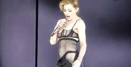 Мадонна устроила Парижу стриптиз