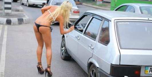 Обнажение в Харькове: блондинка раскрыта