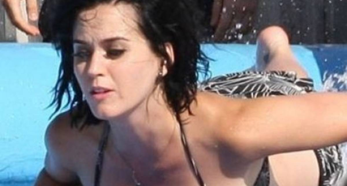 С Кэти Перри слетел купальник в бассейне