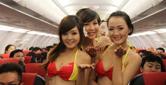 Стюардессы разделись прямо в самолете