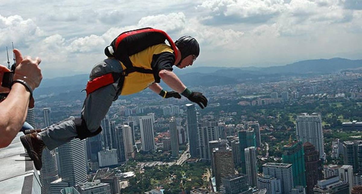 Храбрецы в Малайзии спрыгнули с 420 метров