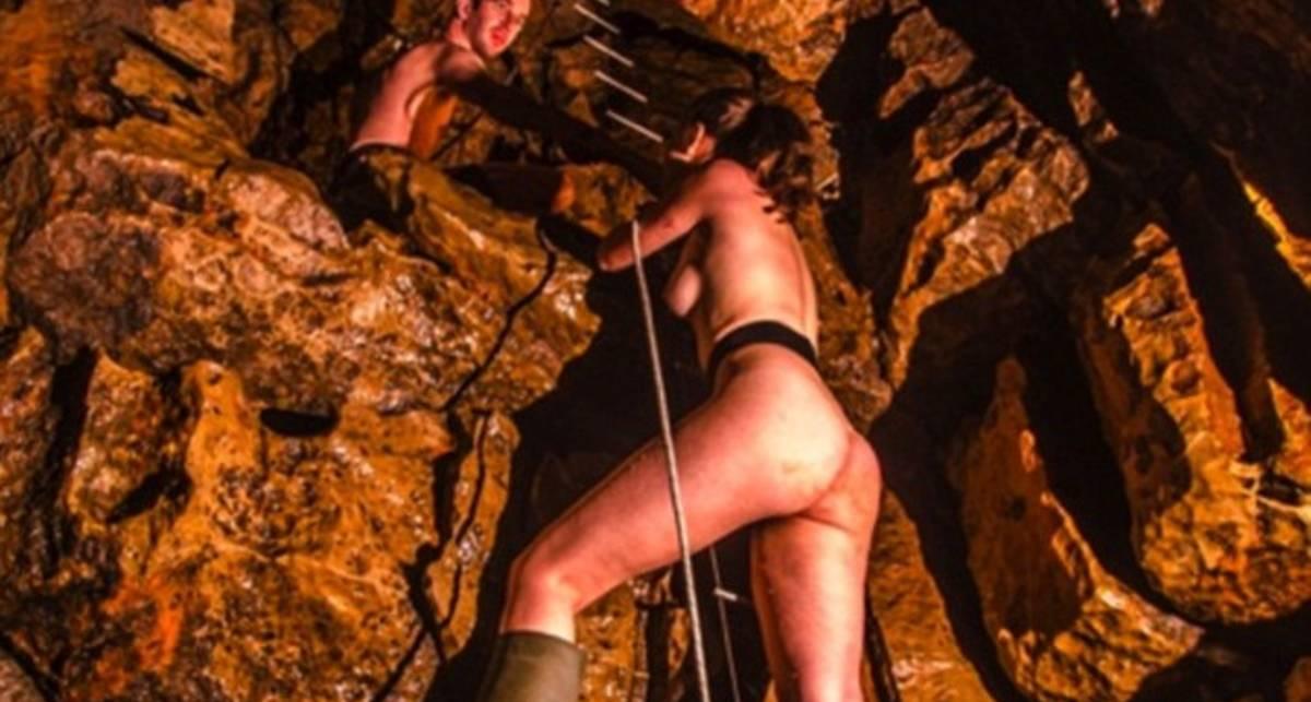 Подземное ню: британки разделись в пещере