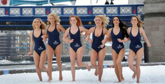 Топ-моделей выгнали на мороз в бикини