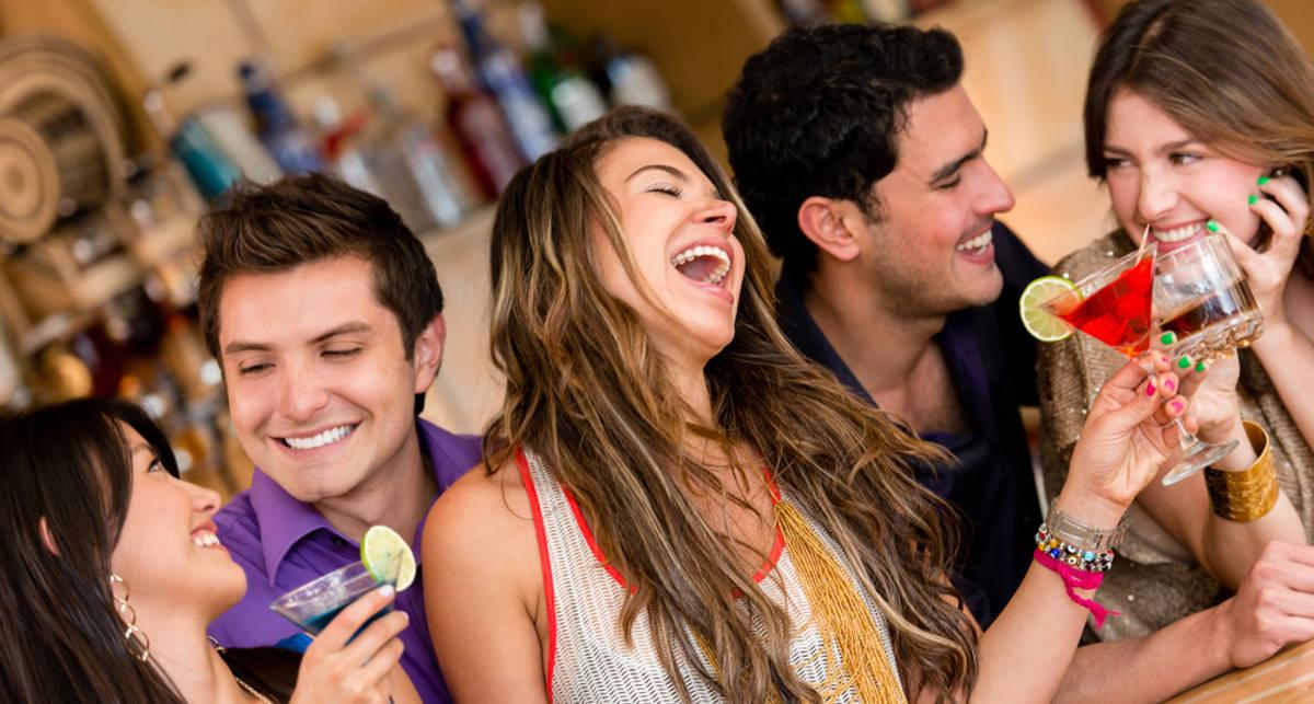 Игра в бутылочку: как соблазнить девушку в баре