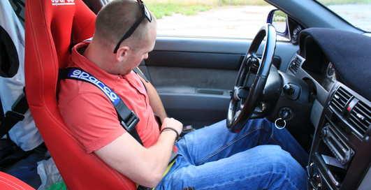 Урок вождения 1: посадка, руль и педали