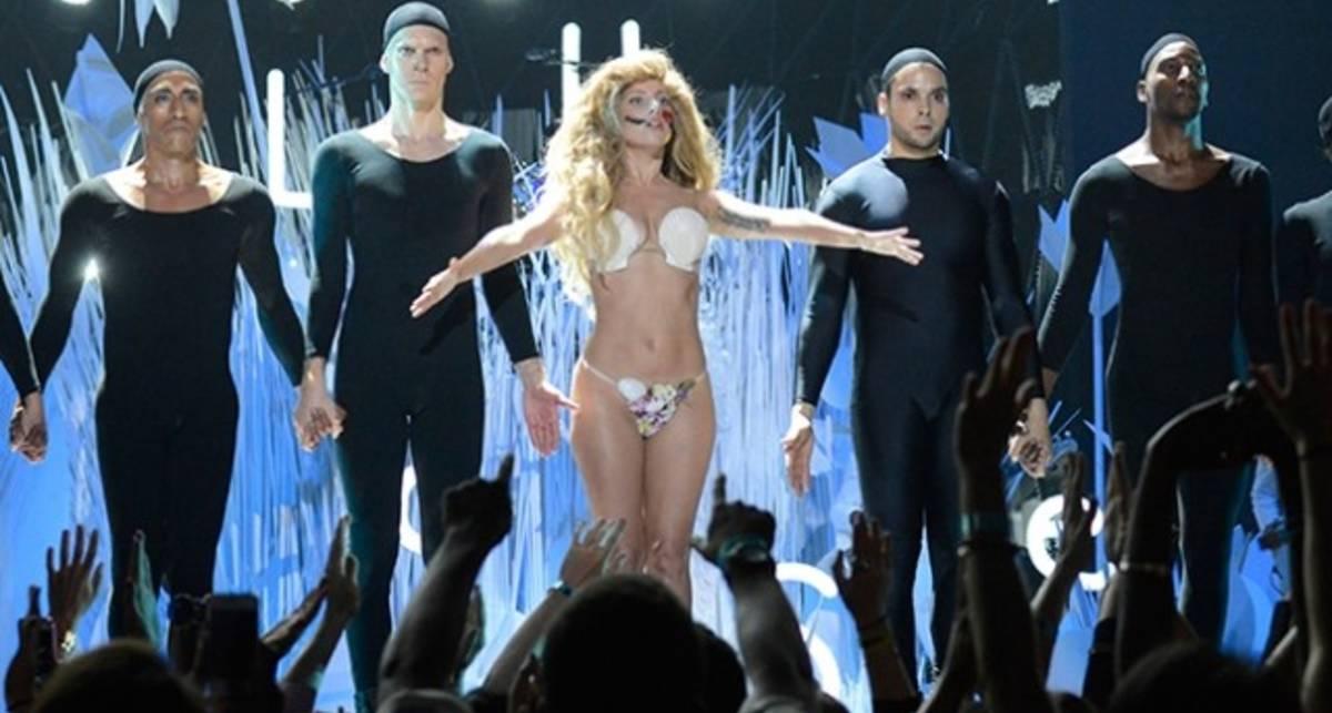 Награждение с обнажением: Леди Гага на празднике MTV