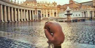 Скандальная модель Playboy Мариса Папен устроила голую фотосессию в Ватикане