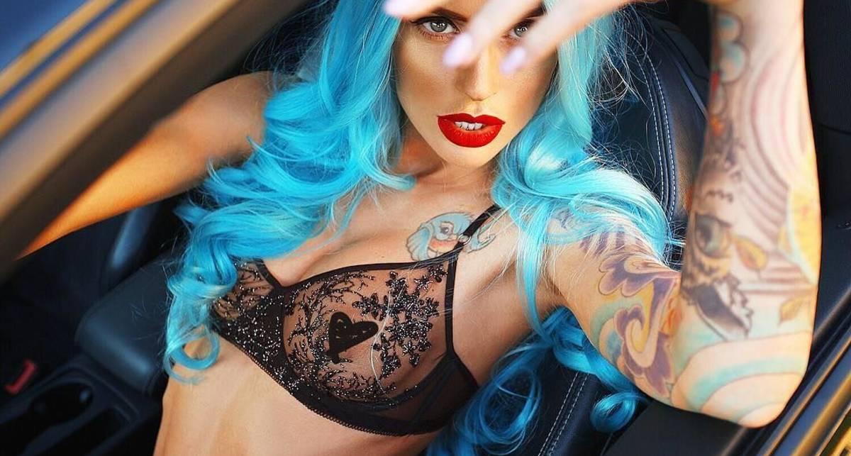 Красотка дня: горячая диджейка Евка Рокс с голубыми волосами