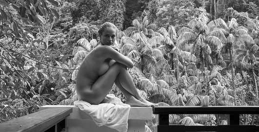 Модель Женевьева Мортон в голой фотосессии на частном острове