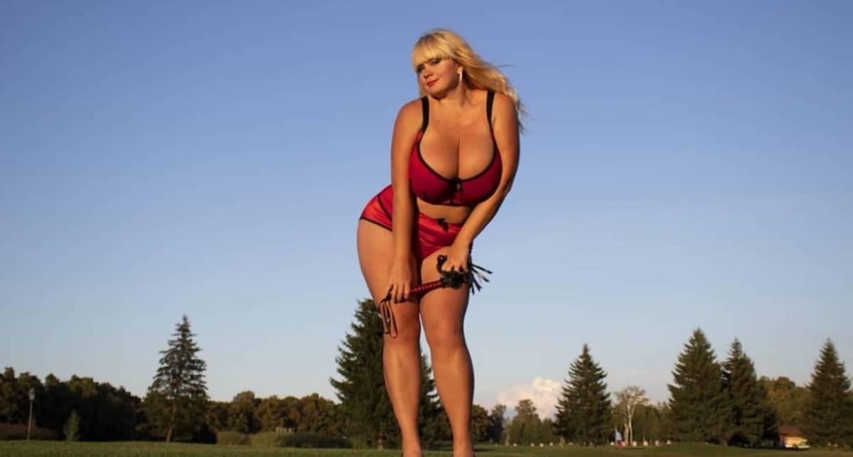 Красотка дня: модель XL Мила Кузнецова с 13-м размером груди