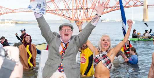 Холодно и весело: ежегодные новогодние купания в Шотландии