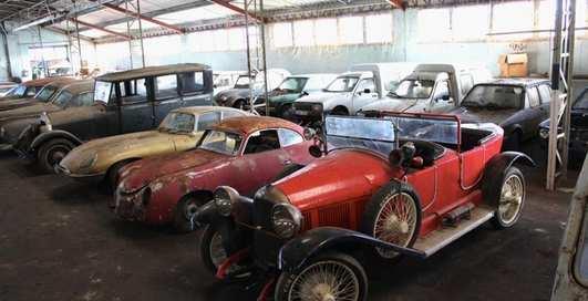 На заброшенном заводе во Франции нашли большую коллекцию ретро-авто