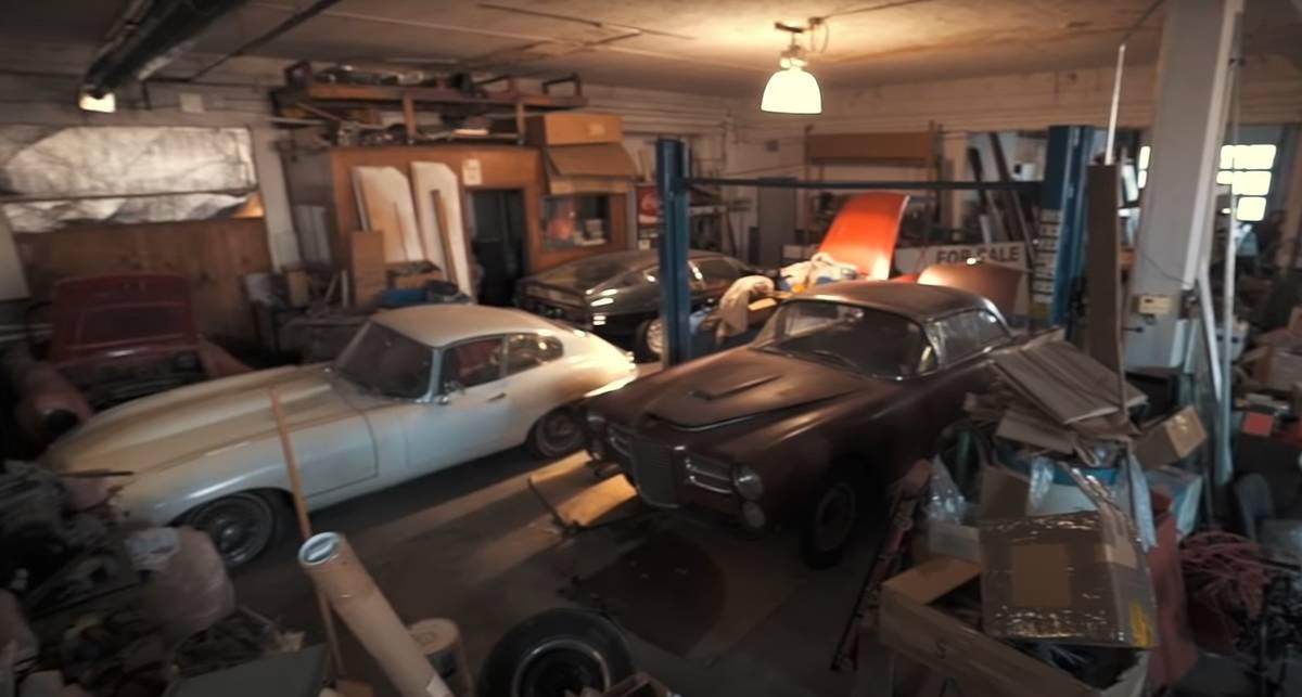 Редкие спорткары в старом автосалоне: очередная коллекция обнаружена в США