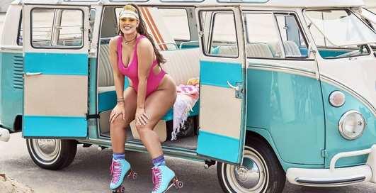 В стиле горячих 80-х: Эшли Грэм в рекламе купальников на пляже