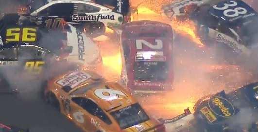 Авария года: мегаэпичное столкновение 20-ти авто на гонках NASCAR