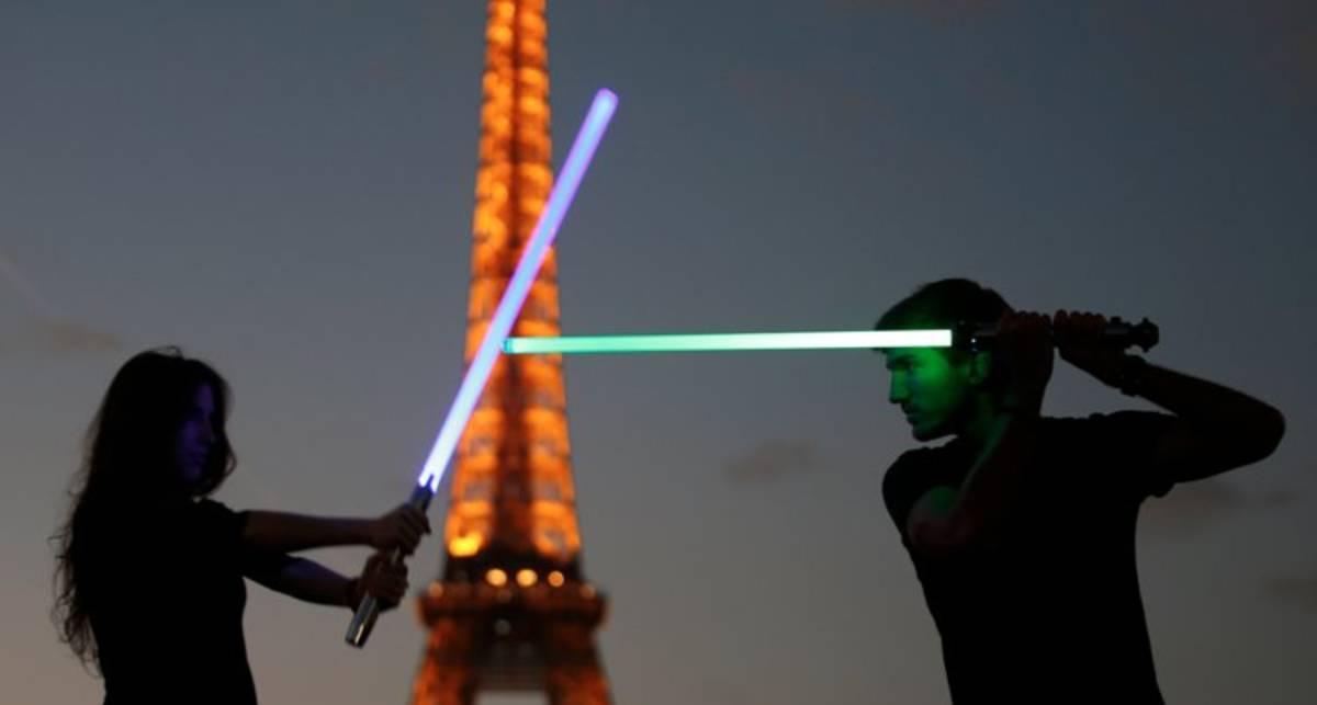 Да пребудет с вами сила: во Франции бои на световых мечах стали видом спорта