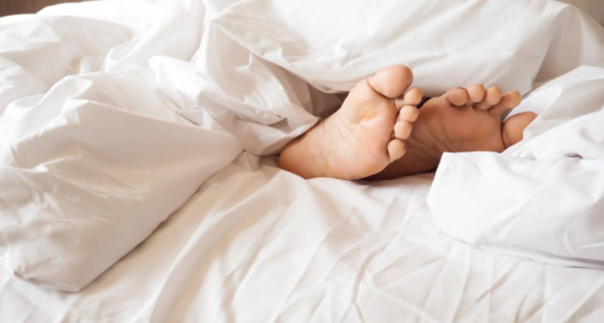 Почему комфортно спать, высунув ногу из-под одеяла?