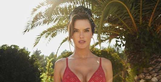 Знойная Алессандра Амбросио снялась в фотосессии для бренда купальников