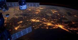 Жалуешься на работу? Тогда смотри, как астронавты чинят МКС в открытом космосе