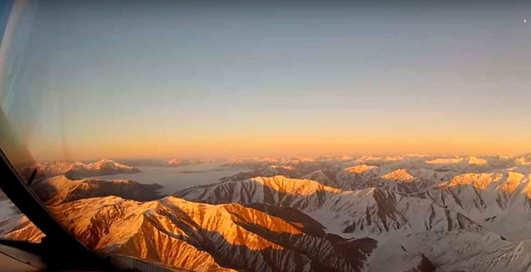 Страшно прекрасно: видео из кабины пилота, которое завораживает и немного пугает