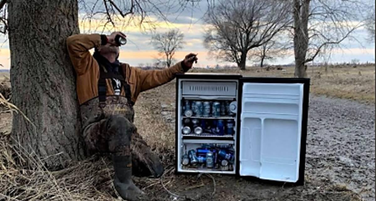Подарок судьбы: в США два приятеля нашли в поле холодильник с пивом