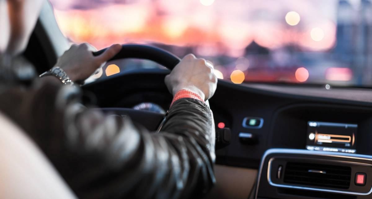 Контраварийно: как правильно держать руль при вождении?