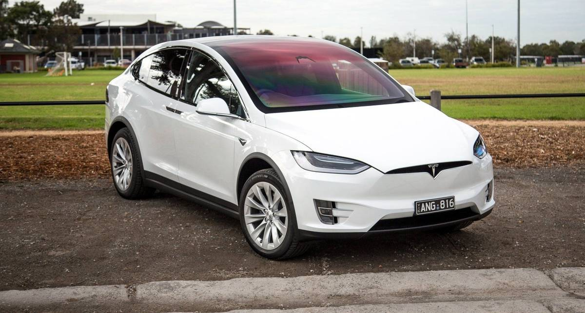Специально для украинских дорог: Tesla протестировали на бездорожье