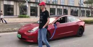 Мужчина выгулял электрокар Tesla на поводке