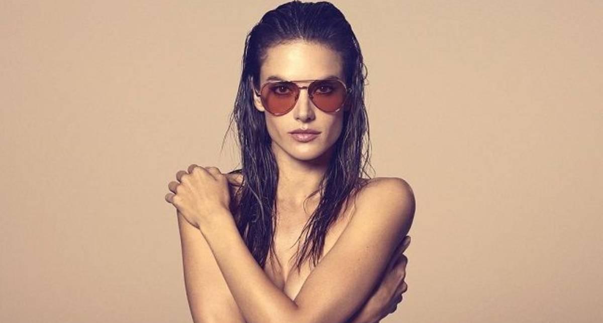 Сексуальная русалочка: Алессандра Амбросио понежилась у бассейна в золотом бикини